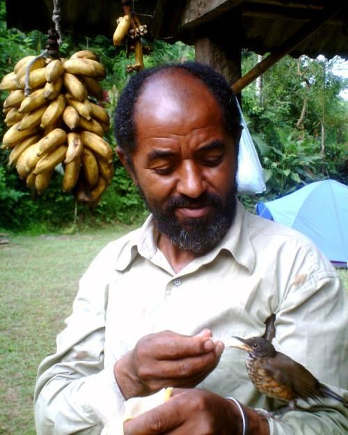 Zé Ferreira em sua casa alimentando um passarinho. Foto: Arquivo Zé Ferreira