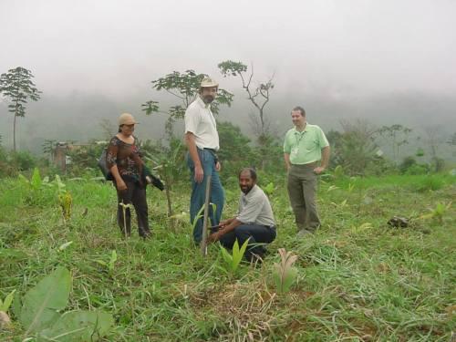 Zé ajudando na implantação de programa da Empraba em Paraty, em 2002. Foto: Arquivo Zé Ferreira