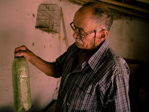 Seu Dodô mostra feijão das Sementes da Paixão, nome criado por ele (Foto: Fernanda Rappa/Divulgação)