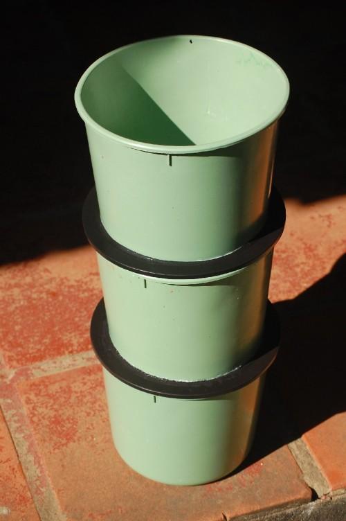 Por fim, terceira parte que é a TOPO, construída igual a MEIO, mas que receberá material recém utilizado (cascas e restos orgânicos da lixeirinha orgânica que fica na pia da cozinha), para compostar.