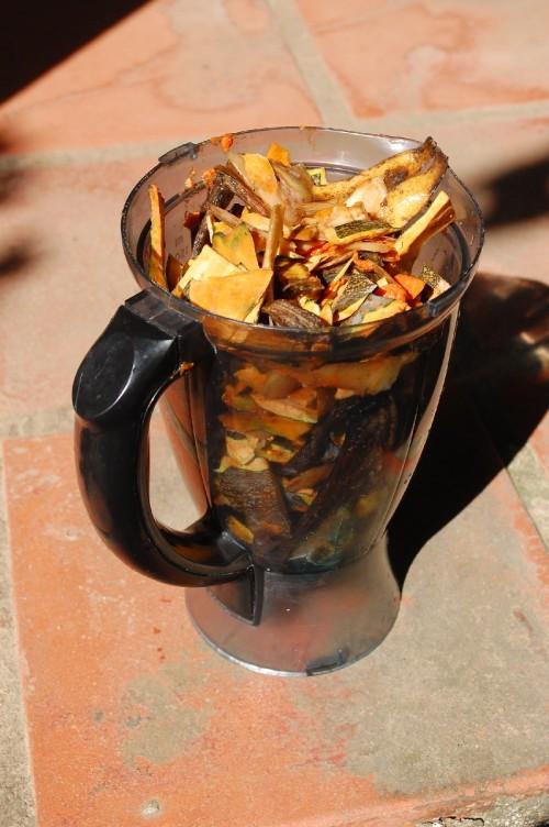 Eis a medida que uso de cascas para compostar: um copo de liquidificador cheio. É só acrescentar água aos poucos e bater até virar uma pasta.