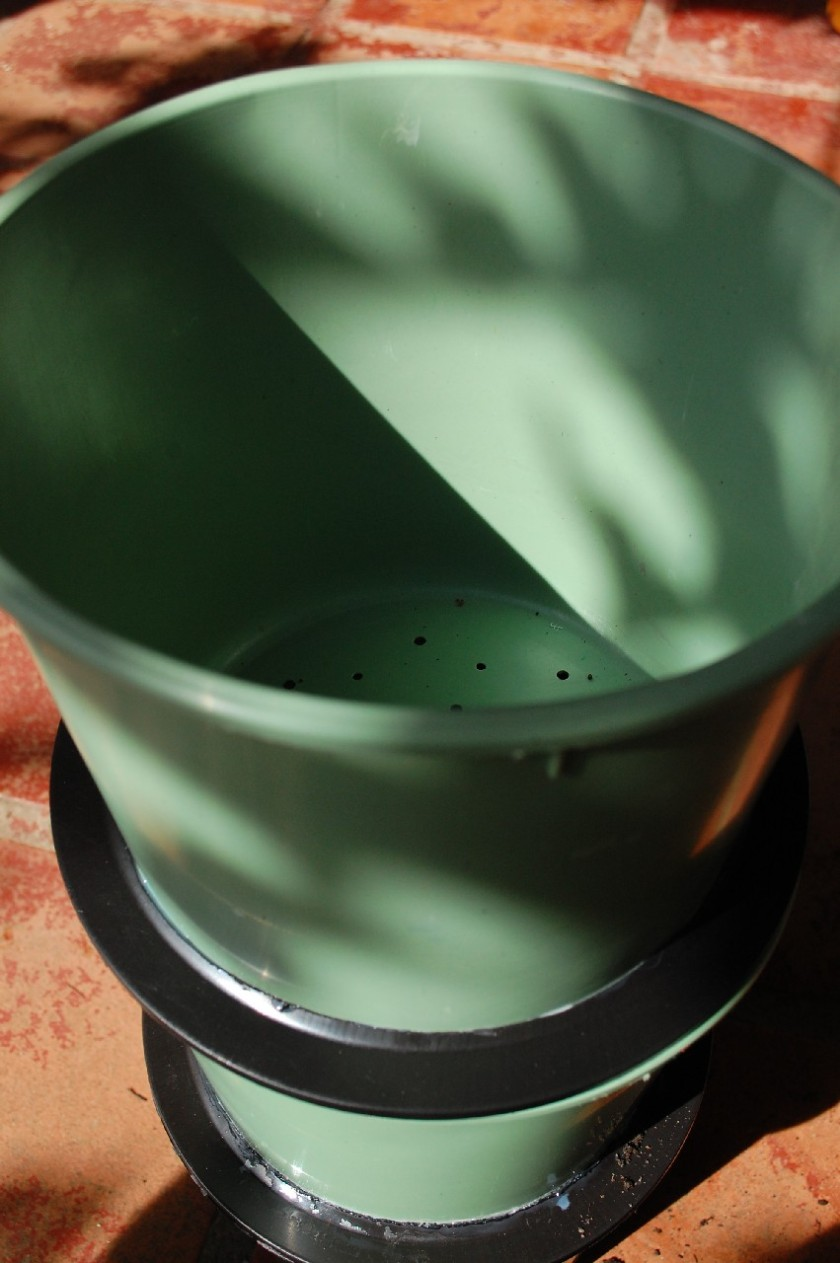 Encaixo por cima a parte TOPO. Repito o mesmo processo. Coloco filtros de café no fundo, depois folhas, depois composto pronto. O composto pronto