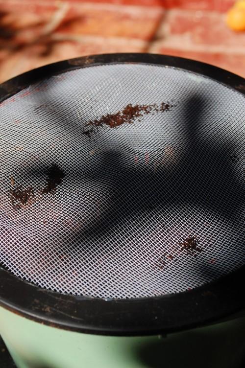 Por fim tampo com essa tampa com tela que fiz. Apenas cortei a tela e colei na tampa preta. Serve para deixar bem ventilado e impedir o acesso de moscas e outros insetos.